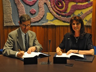 ECMWF Director-General Florence Rabier and Col. Silvio Cau, the Head of the Italian National Meteorological Service, sign the high-level agreement on the data centre.